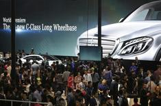 People look at new Mercedes Benz cars at Auto China 2014 in Beijing April 20, 2014.  REUTERS/Jason Lee