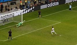 Goleiro holandês Tim Krul salva pênalti contra Michael Umaña, da Costa Rica, na Arena Fonte Nova, em Salvador. 5/7/2014 REUTERS/Ruben Sprich