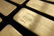 Слитки золота на заводе Красцветмет в Красноярске 27 февраля 2014 года. Убыточный золотодобывающий Петропавловск, потерявший за неделю треть капитализации, попытался уверить инвесторов, что придерживается ранее принятого плана по производству на 2014 год. REUTERS/Ilya Naymushin