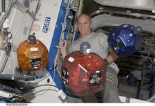 Imagen de archivo del astronauta de la NASA, Jeffrey Williams, haciendo una revisión de los satélites experimentales denominados SPHERES en el laboratorio de la Estación Espacial Internacional, tomada el 5 de diciembre, 2009. La foto fue entregada por la  NASA a Reuters el 3 de julio del 2014. Los teléfonos avanzados de Google con tecnología de nueva generación de detección 3D están apunto de entrar en órbita, en donde se convertirán en los ojos y cerebro de robots con forma de bola en la Estación Espacial Internacional. REUTERS/NASA/Handout via Reuters. ATENCION EDITORES - ESTA IMAGEN HA SIDO ENTREGADA POR UN TERCERO. REUTERS NO PUDO VERIFICAR INDEPENDIENTEMENTE LA AUTENTICIDAD, CONTENIDO, UBICACIÓN O FECHA DE ESTA IMAGEN.  SÓLO PARA USO EDITORIAL. NO PARA VENTAS, MARKETING O CAMPAÑAS DE PUBLICIDAD. ESTA IMAGEN ES DISTRIBUIDA EXACTAMENTE COMO FUE RECIBIDA POR REUTERS COMO UN SERVICIO A LOS CLIENTES.