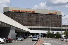 Вид на терминал F аэропорта Шереметьево под Москвой 12 июля 2013 года. Правительство РФ назначило Deutsche Bank агентом по продаже принадлежащих государству 83,04 процента акций в московском аэропорту Шереметьево, сообщило Росимущество в понедельник. REUTERS/Sergei Karpukhin