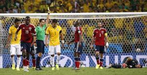 Árbitro espanhol Carlos Velasco dá cartão amarelo a Thiago Silva durante partida entre Brasil e Colômbia em Fortaleza. 04/07/2014. REUTERS/Jorge Silva