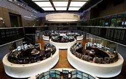 Помещение Франкфуртской фондовой биржи, 5 июня 2014 года. Европейские фондовые рынки снижаются за счет акций банков, так как немецкому Commerzbank грозят значительные штрафы в США. REUTERS/Ralph Orlowski