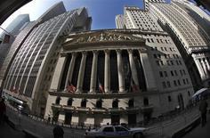Wall Street a ouvert mardi en légère baisse, les investisseurs s'abstenant de toute prise de risque alors que démarre la saison des résultats trimestriels avec Alcoa après la clôture. Quelques minutes après le début des échanges, le Dow Jones perdait 0,17%,le S&P-500 reculait également de 0,17% et le Nasdaq cédait 0,23%. /Photo d'archives/REUTERS/Mike Segar
