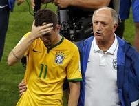 Técnico Luiz Felipe Scolari consola Oscar após derrota para Alemanha por 7 x 1 no Mineirão, em Belo Horizonte.  8/7/2014.   REUTERS/David Gray