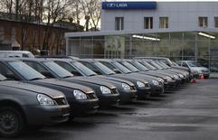 Автомобили у дилера Lada в Санкт-Петербурге 27 ноября 2012 года. Крупнейший российский автопроизводитель Автоваз снизил продажи Lada в первом полугодии на 15 процентов до 192.808 автомобилей, следует из статистики Ассоциации европейского бизнеса. REUTERS/Alexander Demianchuk