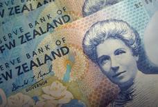 Банкноты новозеландского доллара в Сингапуре, 22 июня 2006 года. Новозеландский доллар приблизился к трехлетнему максимуму благодаря возможности повышения суверенного рейтинга, а доллар США стабилен накануне выхода протокола последнего совещания ФРС. REUTERS/Dennis Owen
