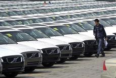 Les ventes de voitures neuves ont augmenté de 5,2% en Chine en juin par rapport au même mois de 2014, à 1,85 million d'unités, avec une performance notable des marques américaines et européennes. Sur l'ensemble du premier semestre, la croissance du premier marché automobile mondial a été de 8,4%, Ford ayant vu ses ventes grimper de 35% sur la période. /Photo d'archives/REUTERS