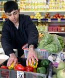 Продавец овощей на рынке в Красноярске 1 апреля 2007 года. REUTERS/Ilya Naymushin