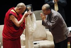The Dalai Lama (L) bows to Chinese writer Wang Lixiong who was honored with the Light of Truth Award during a ceremony in Washington October 7, 2009.  REUTERS/Richard Clement