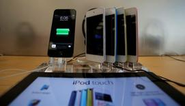 iPod Touches are pictured on display at an Apple Store in Pasadena, California July 22, 2013.   REUTERS/Mario Anzuoni