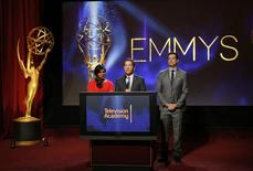 """En la imagen, el presidente de la Academia de la Televisión, Bruce Rosenblum (al centro), la actriz Mindy Kaling (izquierda) y el presentador de televisión, Carson Daly (derecha), durante el anuncio de las nominaciones a los Emmy en North Hollywood, California. 10 de julio, 2014. Las serie de televisión """"True Detective"""" de HBO y la comedia carcelaria """"Orange is the New Black"""", de Netflix, consiguieron una docena de candidaturas a los Emmy el jueves, desafiando a """"Breaking Bad"""" y """"Modern Family"""". REUTERS/Danny Moloshok"""