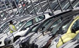 Banque PSA Finance, filiale de PSA Peugeot Citroën, a annoncé avoir finalisé son accord de partenariat avec Santander Consumer Finance, la division spécialisée dans le crédit à la consommation de la banque espagnole Banco Santander. L'accord reste soumis à l'approbation des autorités de la concurrence et des autorités de régulation du secteur bancaire dans les principaux pays européens.  /Photo d'archives/REUTERS/Vincent Kessler
