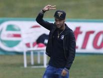 Neymar acena ao chegar em Teresópolis nesta quinta-feira.   REUTERS/Stringer/Brazil