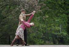Танцующая пара в Парке Горького, 9 мая 2012 года. Прохладная дождливая погода покинет московский регион на выходных, ожидают синоптики. REUTERS/Denis Sinyakov