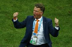 Técnico holandês Louis van Gaal comemora terceiro lugar contra o Brasil, em Brasília. 12/7/2014 REUTERS/Ruben Sprich