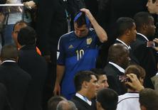 Messi retira medalha após derrota da Argentina para a Alemanha na final da Copa.  REUTERS/Kai Pfaffenbach