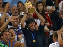 Técnico da Alemanha, Joachim Loew, ergue a taça da Copa do Mundo. REUTERS/Kai Pfaffenbach