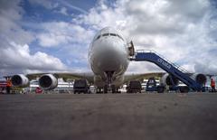 Au salon aéronautique de Farnborough, près de Londres. Airbus annonce lundi une commande du loueur Air Lease Corporation (ALC) portant sur 25 A330neo et 60 A321neo, aux prix catalogue de 14,1 milliards de dollars (10,4 milliards d'euros). /Photo prise le 13 juillet 2014/REUTERS/Kieran Doherty