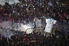 Torcedores argentinos correm após lançamento de gás para dispersar multidão nas ruas de Buenos Aires. 13/7/2014 REUTERS/Ivan Alvarado