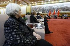 La presidenta de la reserva federal de Estados Unidos, Janet Yellen (I), y John Podesta (2I), atienden una reunión con el presidente de China, Xi Jinping, en el Gan Hall de las Personas en Beijing, 10 de julio de 2014. Los precios de los bonos del Tesoro de Estados Unidos bajaban el lunes levemente ante las expectativas de que la presidenta de la Reserva Federal estadounidense, Janet Yellen, pueda asumir una postura más estricta con respecto a las tasas de interés en un testimonio legislativo el martes. REUTERS/Jim Bourg