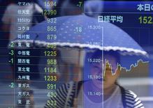 Экран с рыночными котировками у брокерской конторы в Токио, 14 июля 2014 года. Азиатские фондовые рынки выросли во вторник за счет отдельных отраслей. REUTERS/Issei Kato