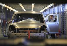 Завод Derways в Черкесске, 7 сентября 2011 года. Темпы роста промышленного производства оказались ниже, чем ожидали чиновники и аналитики, - в июне 2014 года показатель вырос на 0,4 процента к соответствующему периоду прошлого года, а по сравнению с маем снизился на 0,1 процента, сообщил Росстат. REUTERS/Eduard Korniyenko