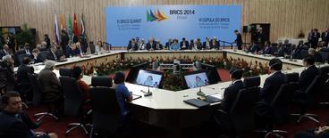 Los líderes representantes de Brasil, Rusia, India, China y Sudáfrica, atienden la VI cumbre de BRICS en Fortaleza, 15 de julio de 2014. Los cinco países que conforman el grupo BRICS de economías emergentes está considerando abrir un fondo conjunto de infraestructura con un capital inicial de alrededor de 10.000 millones de dólares, dijo el martes a Reuters una fuente cercana a las discusiones. REUTERS/Nacho Doce