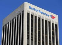 Логотип Bank of America на здании в Лос-Анджелесе, 15 января 2014 года. Прибыль Bank of America Corp, второго крупнейшего банка США по активам, рухнула на 43 процента во втором квартале в результате снижения доходов от ипотеки и роста юридических расходов. REUTERS/Mike Blake