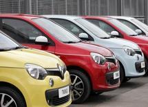 Renault s'attend à vendre plus de 100.000 voitures et utilitaires cette année en Grande-Bretagne, ce qui représente une hausse de 40% par rapport à l'année dernière, a déclaré mercredi à Reuters Ken Ramirez, le directeur de la marque au losange pour le marché britannique. /Photo prise le 7 mai 2014/REUTERS/Srdjan Zivulovic