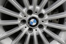 El logo de la automotriz alemana BMW en la tapa de la rueda de un vehículo en Ciudad de México, jul 3 2014. La automotriz alemana BMW dijo el miércoles que está llamado a revisión alrededor de 1,6 millones de vehículos para reemplazar las bolsas de aire frontales del asiento del acompañante provistas por Takata Corp porque los infladores podrían romperse durante el despliegue y causar lesiones. El llamado a revisión afecta a vehículos Serie 3 producidos entre mayo de 1999 y agosto del 2006.  REUTERS/Carlos Jasso