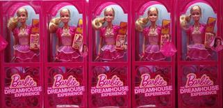 Куклы компании Mattel в Берлине 15 мая 2013 год. Крупнейший мировой производитель игрушек Mattel Inc <MAT.O> отчитался о третьем подряд квартальном падении продаж - во втором квартале показатель сократился на 9 процентов из-за продолжающего ослабевать спроса на куклы Barbie и игрушки для дошкольников Fisher-Price. REUTERS/Fabrizio Bensch