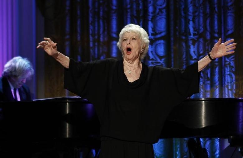 Actress Elaine Stritch performs during a ''A Broadway Celebration: In Performance at the White House'' in Washington July 19, 2010.  REUTERS/Kevin Lamarque/Files