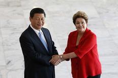 El presidente chino, Xi Jinping, junto a su par brasileña, Dilma Rousseff, en una reunión paralela a la cumbre de países BRICS en Brasilia, jul 17 2014. China y Brasil acordaron expandir sus relaciones comerciales el jueves, incluyendo una línea de crédito de 5.000 millones de dólares para la minera brasileña Vale y la compra de 60 aviones de pasajeros del fabricante brasileño Embraer.. REUTERS/Ueslei Marcelino (BRAZIL - Tags: POLITICS)