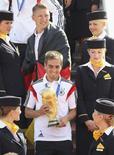 Capitão da seleção alemã de futebol, Philipp Lahm, desembarca em Berlim depois de conquista da Copa no Brasil.   15/7/2014.   REUTERS/Karina Hessland/Pool