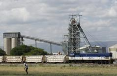 Anglo American Platinum, leader mondial du platine, a annoncé son intention de céder ses mines sud-africaines  Union et Rustenburg, ainsi qu'une société commune, une décision largement attendue après cinq mois de grève.  /Photo d'archives/REUTERS/Siphiwe Sibeko