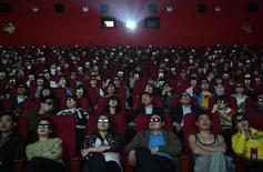 """Люди смотрят 3D-версию """"Титаника"""" в кинотеатре в Тайюане, КНР 10 апреля 2012 года. Вторая часть фильма о генетически модифицированных приматах """"Планета обезьян: Революция"""" вторую неделю кряду возглавила кинопрокат в США и Канаде. REUTERS/Stringer"""
