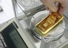 Слиток золота на заводе Красцветмет в Красноярске 25 февраля 2013 года. Золотодобывающий Петропавловск во втором квартале снизил добычу золота на 7 процентов до 147.200 тройских унций в годовом сравнении, сообщила компания во вторник. REUTERS/Ilya Naymushin