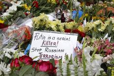 Flowers and a message left by local residents for victims of Malaysia Airlines Flight MH17 are pictured outside the Dutch embassy in Kiev in this July 19, 2014 file photo. REUTERS/Valentyn Ogirenko/Files