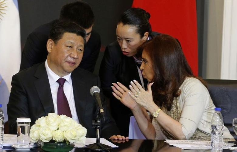 Argentine President Cristina Fernandez de Kirchner (R) talks to her Chinese counterpart Xi Jinping (L) after signing a bilateral agreement at the Casa Rosada government palace in Buenos Aires July 18, 2014.  REUTERS/Enrique Marcarian