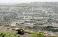 Imagen de archivo de un camión transportando carbón en la mina Cerrejón en Barrancas, Colombia, mayo 24 2007. Mecánicos de las minas de carbón más grandes de Colombia se reunirán el martes con el contratista Dimantec y representantes del Ministerio de Trabajo para negociar el fin de una huelga de 12 días, que aún no ha tenido un impacto sobre la producción y las exportaciones.  REUTERS/Jose Miguel Gomez
