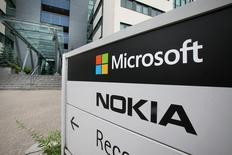 Foto de archivo de los logos de Microsoft y Nokia en Peltola, Finlandia. Jul 16, 2014. Microsoft Corp superó los pronósticos al reportar el martes un salto de un 17 por ciento de sus ingresos, pero sus utilidades cayeron un 7 por ciento debido a los costos de incorporar el negocio de telefonía de Nokia a su estructura. REUTERS/Markku Ruottinen/Lehtikuva