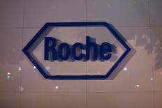 Roche,  leader mondial de l'oncologie, a publié jeudi un chiffre d'affaires en légère baisse au premier semestre, un franc suisse fort ayant contrecarré une solide croissance par ailleurs de ses traitements du cancer du sein. /Photo d'archives/REUTERS/Aly Song