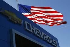 Imagen del logotipo de Chevrolet  y la bandera de Estados Unidos en Gaithersburg, Maryland. 1 de mayo de 2013. General Motors Co reportó el jueves una baja en sus ganancias del segundo trimestre, debido a los numerosos llamados de autos a revisión y por costos estimados de al menos 400 millones de dólares en compensaciones a las víctimas de incidentes por defectos en el encendido de sus vehículos. REUTERS/Gary Cameron