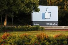 L'action Facebook gagne près de 7% jeudi, les investisseurs saluant l'explosion des recettes publicitaires sur mobiles du premier réseau social mondial, qui lui ont permis de dépasser les attentes de Wall Street au deuxième trimestre. /Photo d'archives/REUTERS/Beck Diefenbach