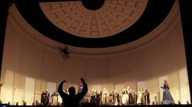 """O maestro Riccardo Frizza conduz a orquestra durante um ensaio com figurino da ópera """"Armida"""" no Metropolitan Opera, em Nova York, em 2010. 09/04/2010 REUTERS/Lucas Jackson"""