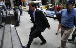 El secretario de Finanzas de Argentina, Pablo López, llega a las negociaciones sobre deuda con el mediador designado por la corte Daniel Pollack en Nueva York. 24 julio, 2014. Representantes de los acreedores de deuda gubernamental incumplida y de Argentina se reunieron el jueves en Nueva York durante tres horas con el mediador nombrado por la corte para facilitar un acuerdo que evite que la tercera mayor economía de América Latina caiga en cesación de pagos la próxima semana. REUTERS/Mike Segar