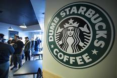 Starbucks a annoncé une hausse de ses bénéfices et de son chiffre d'affaires sur les trois mois au 29 juin, troisième trimestre de son exercice décalé, avec une croissance un peu plus forte que prévu de ses ventes dans les Amériques, son principal marché. /Photo d'archives/REUTERS/Jonathan Alcorn