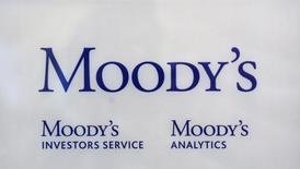 El logo de la agencia crediticia Moody's en sus oficinas de París, oct 24 2011. La agencia Moody's dijo el viernes que el sistema bancario de Perú muestra una perspectiva estable debido a sus sólidos fundamentos financieros, pese a que el país sudamericano registra un crecimiento económico más lento.  REUTERS/Philippe Wojazer