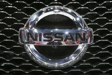 Логотип Nissan на автомобиле на автосалоне в Лос-Анджелесе 20 ноября 2013 года. Квартальная прибыль Nissan Motor Co выросла на 13,4 процента и превзошла ожидания за счет увеличения продаж в США и Китае, на двух крупнейших для нее рынках. REUTERS/Lucy Nicholson